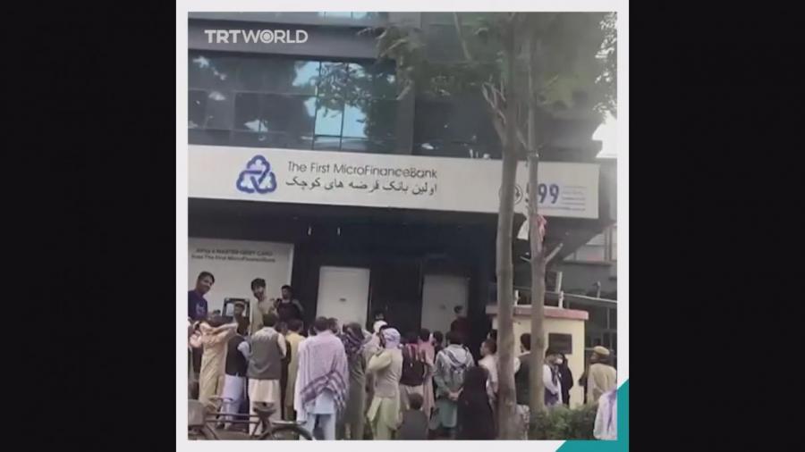 Yadda 'yan kasar Afganistan ke tururuwa wajen cirar kudi a bankuna